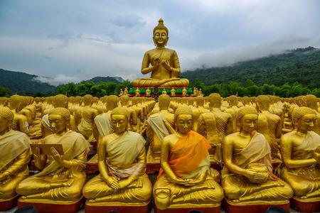Buddha obraz s jeho diskovle sochy v památníku buddhismu park, Nakornnayok, Thajsko Reklamní fotografie