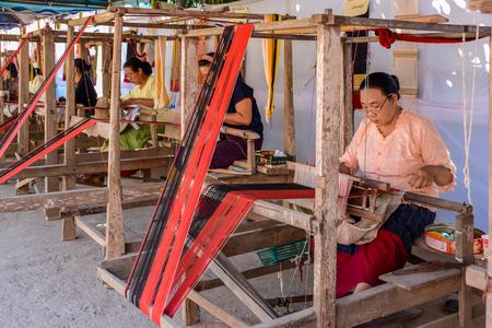 先住民族の女性がメイ Chaem チェンマイ、タイの文化祭と先住民族製品 22 伝統的なスカート生地で織り生地を発揮してチェンマイ, タイ - 2015 年 1 月 2