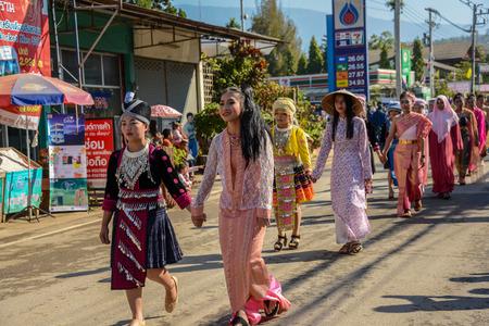 チェンマイ, タイ - 2015 年 1 月 25 日: マルチ 22 伝統的なスカート生地と製品を先住民族とメイ Chaem、チェンマイ、タイでの文化祭のパレードの先住民 報道画像