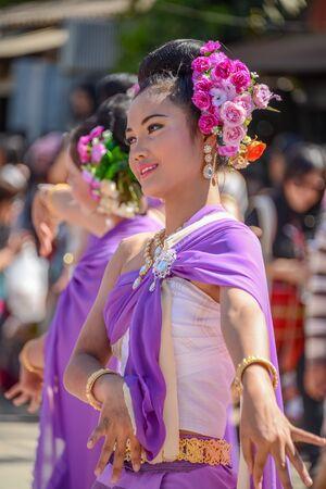 CHIANGMAI, Tailandia - 25 de enero, 2015: Mujeres indígenas con traje púrpura tradicional bailando en estilo tradicional en desfile de la 22da tela tradicional de falda y el Festival de producto y cultura indígena en Mae Chaem, Chiangmai, Tailandia Foto de archivo - 84383801