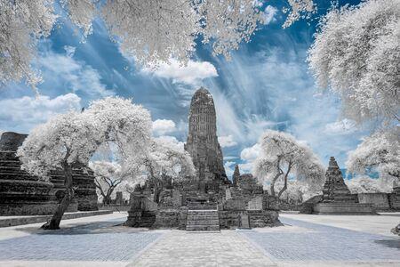 Antiguo templo budista en ruinas y pagoda en el parque histórico de Ayutthaya, Tailandia en fotografía infrarroja Foto de archivo
