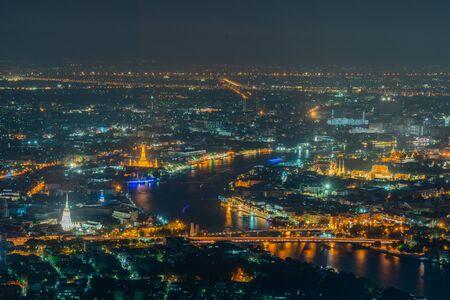 Ciudad de Bangkok, donde se encuentra la ciudad capital de Tailandia, que se cubre con la contaminación del aire, lo que crea una escena poco clara y poco saludable durante el crepúsculo. Foto de archivo