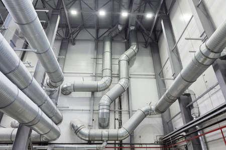 industriales: grandes tubos de un sistema de ventilación