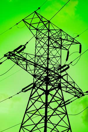 torres de alta tension: Torre silouette de electricidad de alto voltaje contra fondo verde