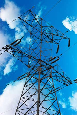 torres de alta tension: poste eléctrico sobre un cielo azul Foto de archivo