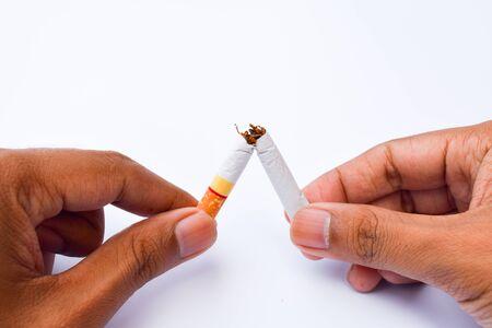 mundo manos: cigarrillo roto en manos del hombre, mundo sin tabaco concepto de día Foto de archivo