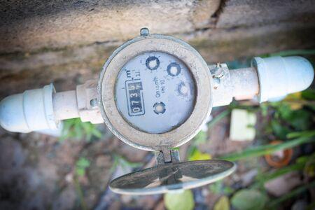 水と金属パイプのメーター