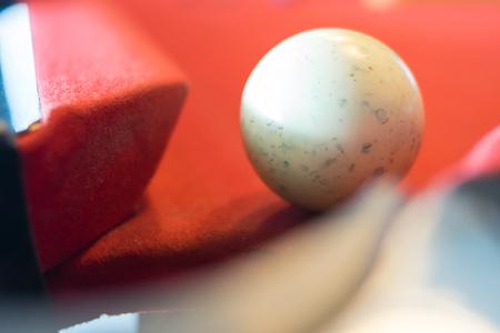 boule blanche de billard sur la table de billard Banque d'images