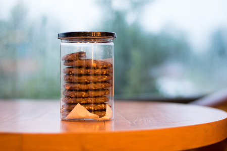 cookie in glass jar on wooden table Stockfoto - 106137125