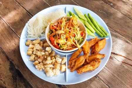 솜탐 태국, 튀긴 돼지 고기와 파파야 샐러드 튀긴 닭고기와 국수