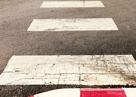 crosswalk: sendero de cruce de peatones. Foto de archivo