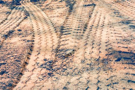 suelo arenoso: Pistas del neum�tico en un camino de tierra arenosa. Foto de archivo
