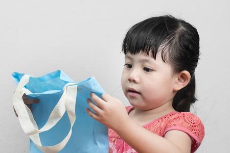 女の赤ちゃんと青いバッグのショッピング、リサイクルすることができます。