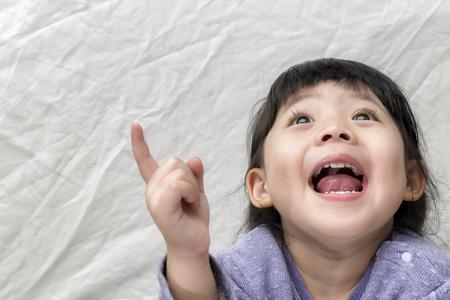 mooie smilling schattige Azië meisje baby op witte achtergrond met ruimte voor tekst. Stockfoto