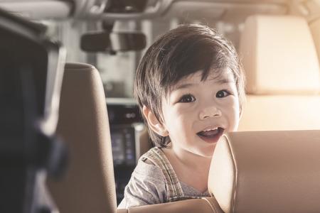 De jongensglimlach van de portret Aziatische baby in luxeauto. Stockfoto