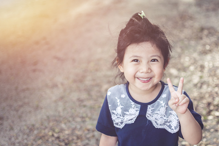 かわいいアジア ガーデン コピー空間テキストのための力の象徴と笑顔の赤ちゃん。 写真素材 - 84650234
