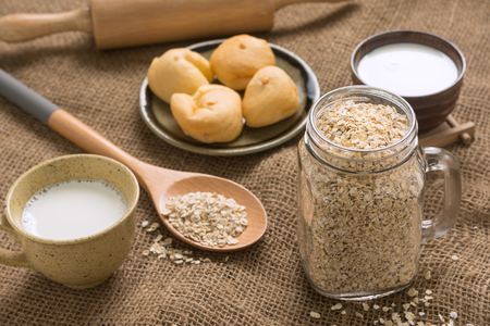 Various types of ingredients for breakfast. Oatmeal is the main ingredient. These are foods that give energy to everyone in the family.Set on a sack of warmth. Foto de archivo