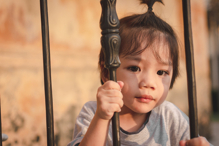 Cute Asian Little Boy catch Ancient ladder. Foto de archivo