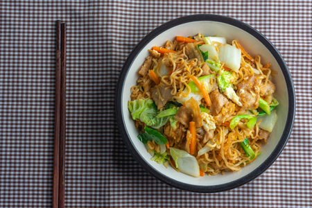 Fried instant noodles in Black Bowl. Cooked with a variety of pork and vegetables Recipe. The menu is easy to eat and useful to the body. Foto de archivo