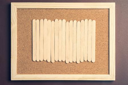 wood Ice-cream Stick on Notice Board frame and Retro tone color concept. Foto de archivo - 107677049