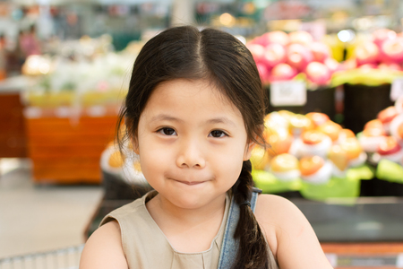 Close up Smile girls are in the fruit and vegetable department in Super Store. Foto de archivo