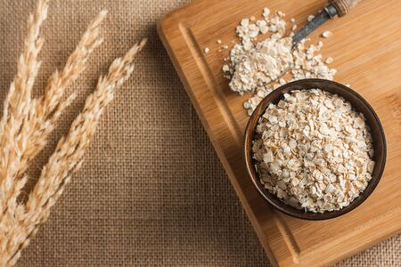 Top View of Oatmeal on the cutting board for cooking and dry rice with space for text. Foto de archivo - 129024829