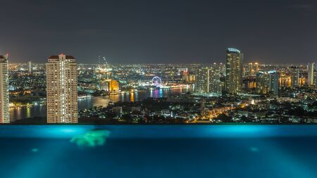 BangkokThailand-August 3 : The luxury swimming pool of Urbanno tower on the 27 th floor on August3 ,2015 in Bangkok,Thailand. Publikacyjne