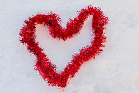 バレンタインデーは冬であることを覚えておく雪の中の愛の象徴 写真素材