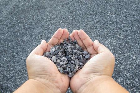 手に押しつぶされた石