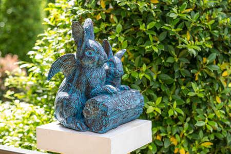 arte optico: Óptico arte de la escultura de conejo en el jardín