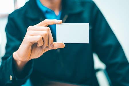 Geschäftsmann mit weißer Karte Standard-Bild