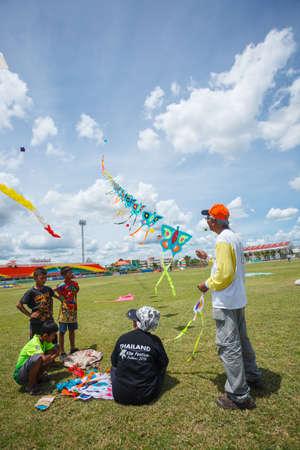 pattani thailand: Pattani - 09 de marzo - Muchos cometas Fantas�a en el Festival Internacional de Cometas el 30 de mayo de 2014 en el estadio del arco iris, Pattani, Tailandia Editorial
