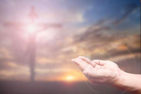 手と十字架の祈りには、背景がぼやけています。