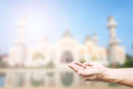 arrepentimiento: Las manos humanas oran y fondo mezquita.