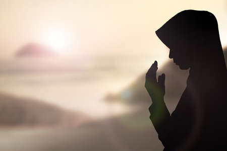 femmes muslim: Prier femme musulmane et Beau fond. Banque d'images