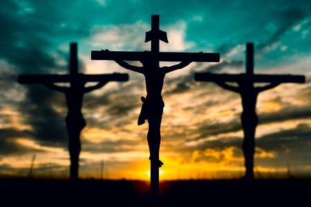 Silhouet van Jezus met Kruis over zonsondergang concept voor religie, aanbidding, gebed en lofprijzing. Stockfoto