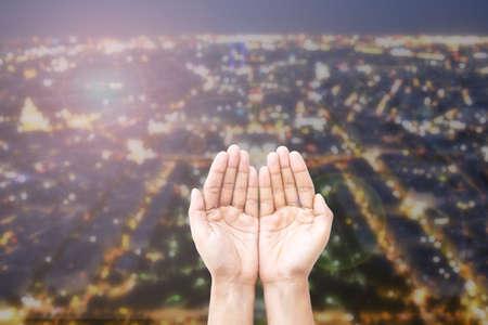 pardon: Empty femme ouverte mains humaines pri�re abstraite vue de dessus en arri�re-plan de Paris en lumi�res et bokeh. Concept pour prier pour Paris, Thanksgiving, No�l, pardon.
