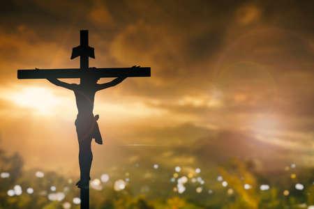 viernes santo: Silueta de Jesús con la cruz sobre el concepto de la puesta del sol para la religión el culto de Navidad Redentor Pascua Gracias a la vida de oración y alabanza de Acción de Gracias el cielo dramático vida redentor de la vendimia Foto de archivo
