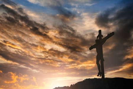 Silueta de Jesús con la cruz sobre el concepto de la puesta del sol por la religión, el culto, la oración de Navidad, Pascua, Redentor de Acción de Gracias y alabanza Foto de archivo