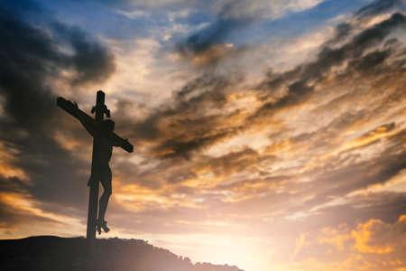 alabanza: Silueta de Jesús con la cruz sobre el concepto de la puesta del sol por la religión, el culto, la oración de Navidad, Pascua, Redentor de Acción de Gracias y alabanza