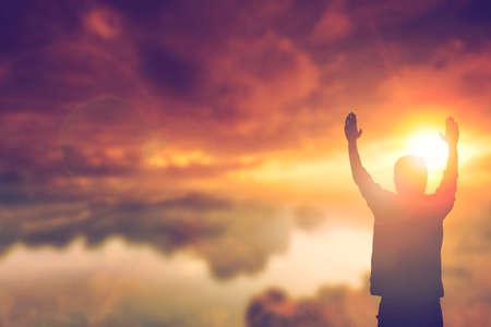 viernes santo: Silueta del hombre con las manos levantadas sobre el concepto de la falta de definición de la cruz para la religión, la adoración, la oración y la alabanza.