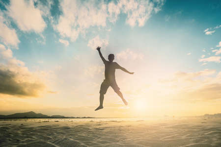 Silueta de la generación del hombre joven que anima que salta en fondo hermoso al aire libre de la vista posterior. concepto relajar esperanza fe amor amor crezca manos felicidad ejercicio físico voleibol futuro fiesta relación Foto de archivo - 69640461