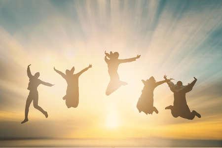 Silhouet van het toejuichen van jonge moslimgeneratie die op openlucht mooie Achtermeningsachtergrond springen. concept ontspannen levensstijl hoop geloof liefde groeien kid hands Geluk fitness uitoefening volleybal toekomstige partij relatie Stockfoto