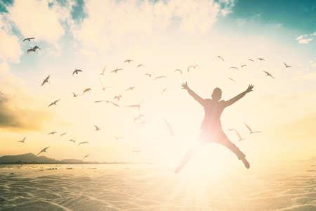 silhouette de l & # 39 ; homme saut de la nouvelle génération sur fond magnifique .