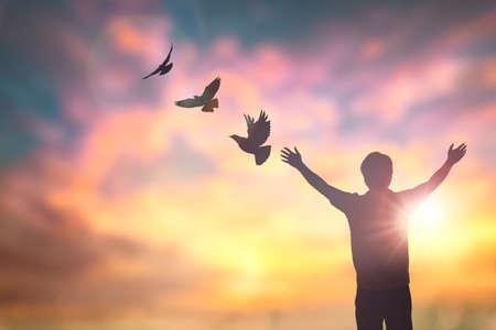 Gelukkig man hand opstaan op ochtend uitzicht. Christen inspireren loven God op goede vrijdag achtergrond. Nu een man zelfvertrouwen op piek open armen genieten van de natuur de zon concept wereld wijsheid leuke hoop Stockfoto