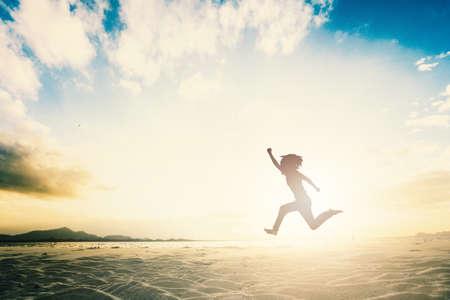 El grupo de personas de la familia feliz celebra el salto por la buena vida en el concepto de fin de semana para ganar la victoria, la fe de la persona en la libertad financiera, el bienestar saludable, el gran retiro de apoyo del equipo de seguros juntos en verano. Foto de archivo