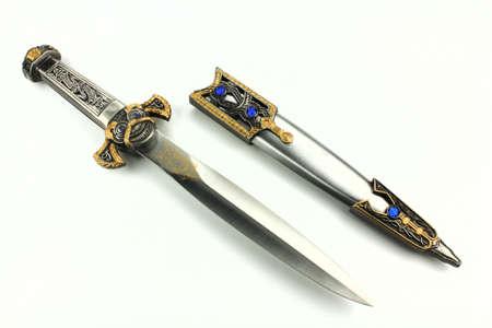 scabbard: espada y la vaina sobre un fondo blanco, aislados