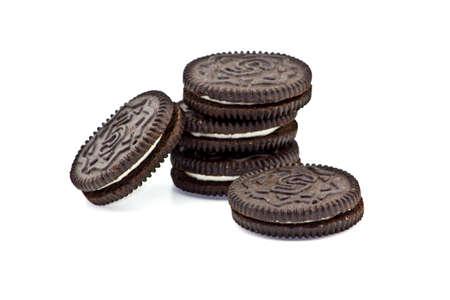 galleta de chocolate: Pila de cinco galletas sobre un fondo blanco limpio. Foto de archivo