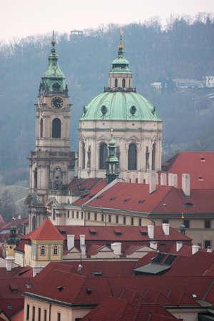 Techos rojos de hist�rico de la ciudad de Praga Foto de archivo - 18992331