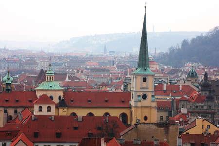 flue season: Techos de tejas de la vieja ciudad de Praga, Rep�blica Checa